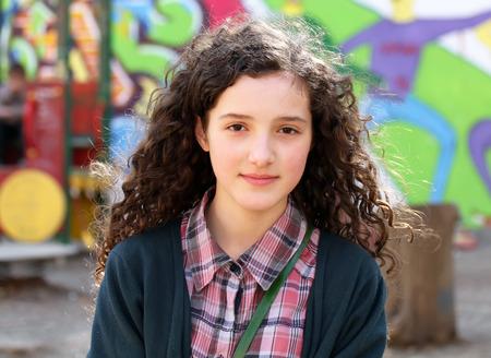 convivencia escolar: Retrato de muchacha joven y hermosa en el patio de recreo.