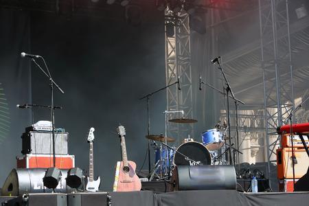 空のコンサートのステージ