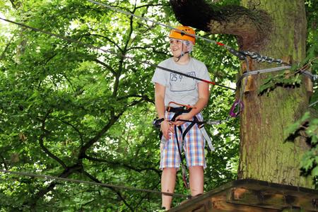 niño escalando: Chico joven dedicada a la escalada en el árbol