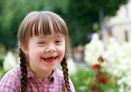 niños discapacitados: Retrato de muchacha joven y bella sonrisa