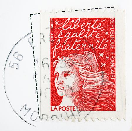 fraternidad: Un sello impreso en Francia muestra la imagen celebrando la libertad, igualdad y fraternidad (hermandad), serie, alrededor de 2000