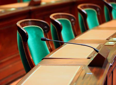 Leeg uitstekend congreszaal met stoelen en microfoons. Stockfoto