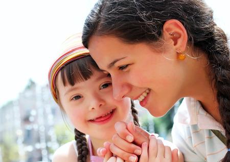 discapacidad: Momentos felices de la familia-la madre y el niño se divierte.