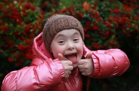 niños discapacitados: Retrato de la hermosa chica joven feliz Foto de archivo
