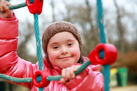 Portret van mooi meisje op de speelplaats Stockfoto