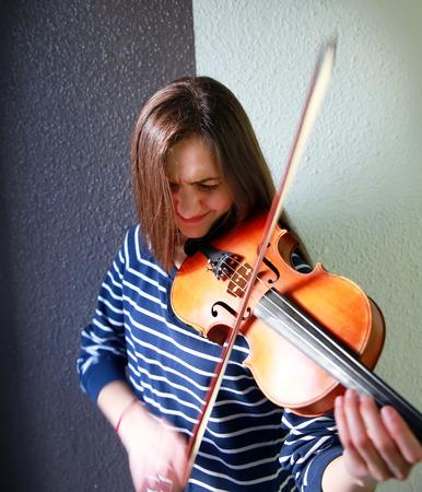violinista: Hermosa, joven violinista tocando el viol�n, primer plano