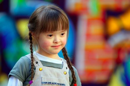 discapacidad: Retrato de muchacha joven y hermosa en el patio de recreo.