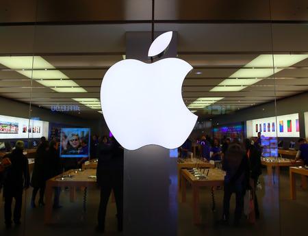 De Apple Macintosh-symbool boven de ingang van de Apple Store in Esplanade, wijk La Défense op 21 februari 2015 in Parijs, Frankrijk. Redactioneel
