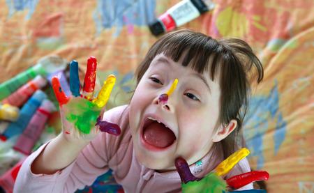 Schattig klein meisje met geschilderde handen