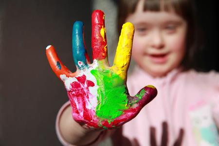 dessin enfants: Cute little girl avec les mains peintes Banque d'images