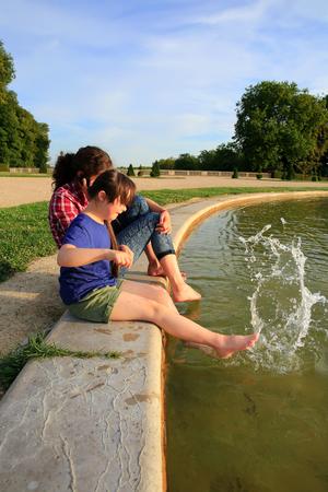 niñas jugando: Chicas jóvenes que juegan con la fuente