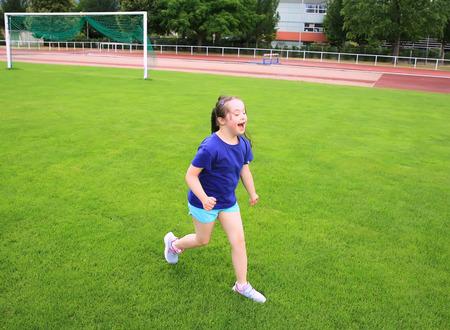 salud y deporte: La niña se divierte en el estadio