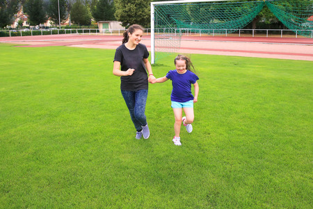 niños discapacitados: Las niñas se divierten en el estadio