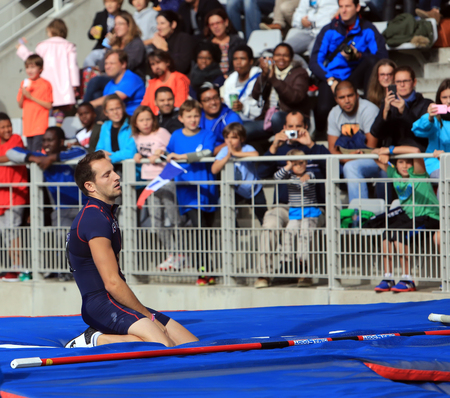 dolor: Lavillenie Renaud on DecaNation International Outdoor Games on September 13, 2015 in Paris, France. He is Olympic champion and World record holder jump pole vault with 6m16