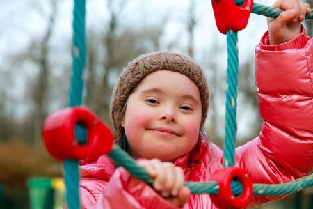discapacidad: Retrato de la hermosa niña en el patio