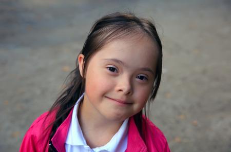 personas discapacitadas: Retrato de la hermosa ni�a feliz