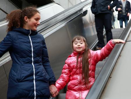 bajando escaleras: Niña en el paseo por la ciudad Foto de archivo