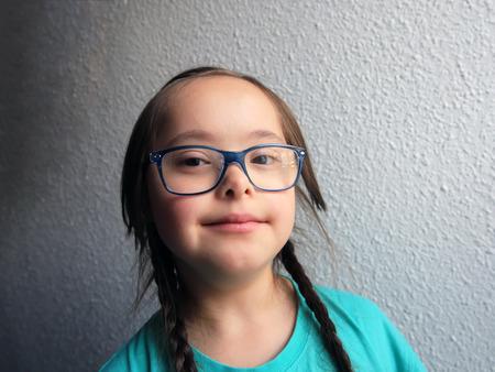 discapacidad: Retrato de la hermosa chica con gafas Foto de archivo