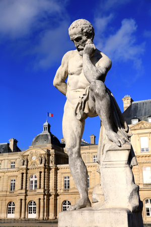Statue of the thinker man in front of the French Senate at the Jardin de Luxembourg in Paris Archivio Fotografico