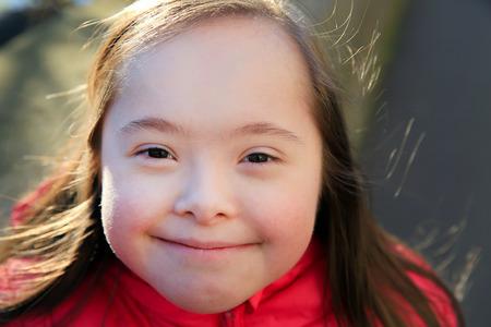 persona enferma: Retrato de la niña que sonríe afuera Foto de archivo
