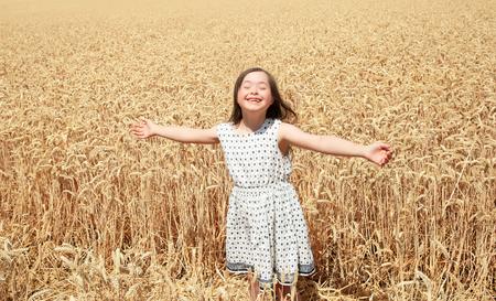 Jeune fille se amuser dans le champ de blé Banque d'images