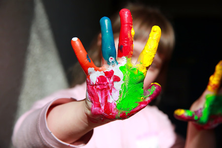 Cute little girl with painted hands 版權商用圖片 - 62547504