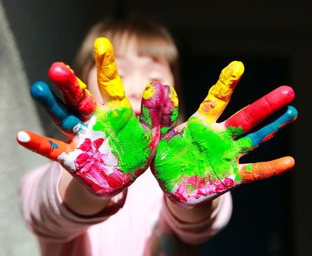 Schattige kleine jongen met geschilderde handen