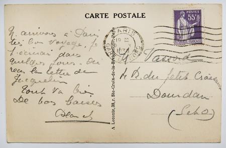 postcard: postal del francés antiguo con el sello de parís. nostálgico fondo de papel de estilo retro