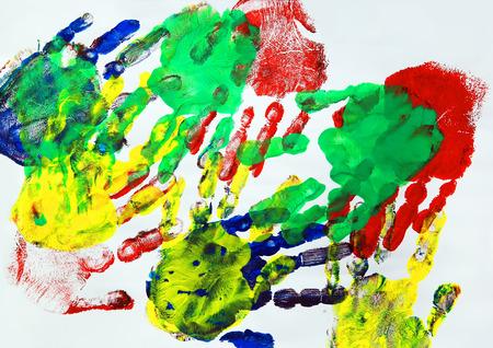 Pintura con estampados de manos de niños coloridos Foto de archivo