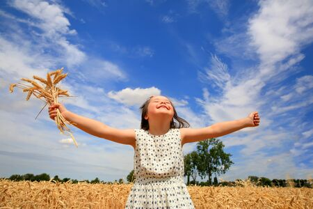 Young girl have fun in the wheat field 免版税图像