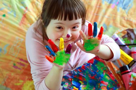 Cute petite fille avec des mains peintes Banque d'images