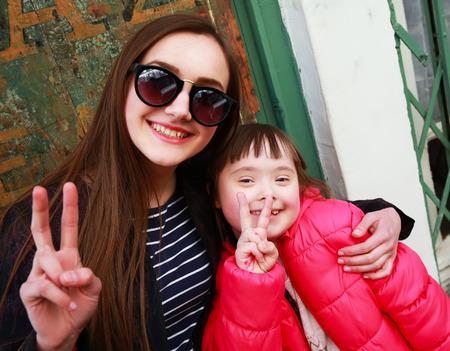 Gelukkige familie momenten - speciale behoeften kind met ouder Stockfoto