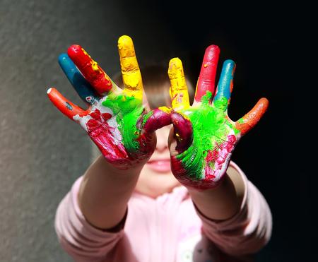 Nettes kleines Kind mit gemalten Hand Standard-Bild - 73854947