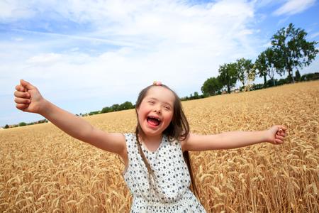 Jeune fille se amuser dans le champ de blé