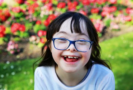 Retrato de la niña que sonríe afuera Foto de archivo - 75466325