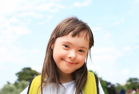 Portret van meisje buiten glimlacht
