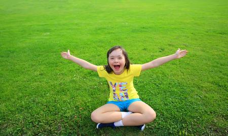 Jeune fille sur le fond de l'herbe verte