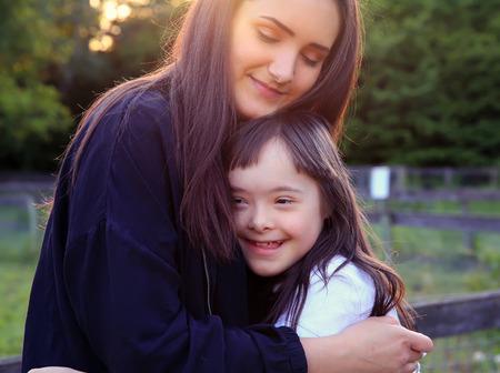 Moments de famille heureuse dans le parc Banque d'images - 80347306
