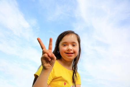 Jong meisje op de achtergrond van de lucht Stockfoto