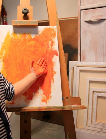Kleines Kind mit gemalten Hand und Malerei Lizenzfreie Bilder