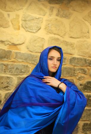 Schönes Mädchen im blauen Schal