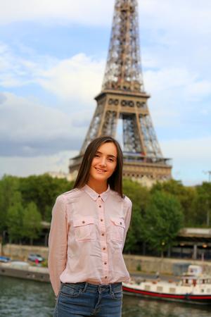 Schöne Mädchen haben Spaß in der Paris