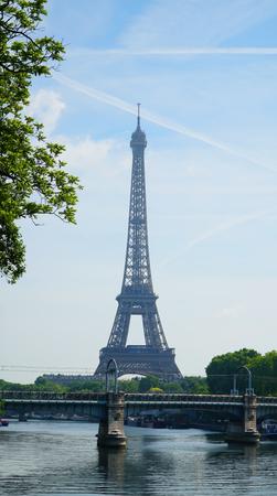 Blick auf Eiffelturm und Stadtstraße in Paris, Frankreich Lizenzfreie Bilder