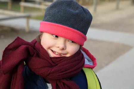 Kleines Mädchen im Park genießen Lizenzfreie Bilder