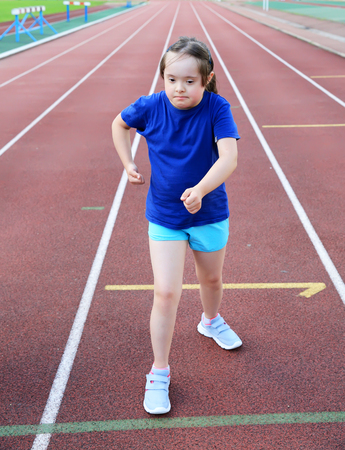 Kleines Mädchen, das Spaß auf dem Stadion Standard-Bild - 82449818