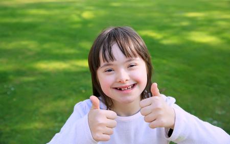 Porträt des kleinen Mädchens lächelnd auf Hintergrund des grünen Grases Lizenzfreie Bilder