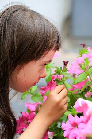 Kleines Mädchen hat Spaß mit Blumen