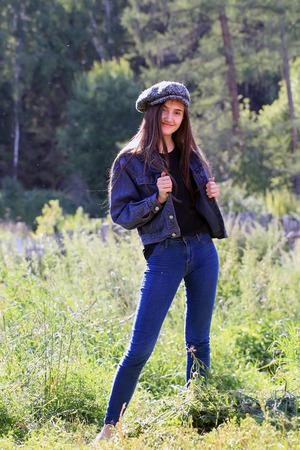 Schöne Mode Mädchen auf Hintergrund der Landschaft Lizenzfreie Bilder