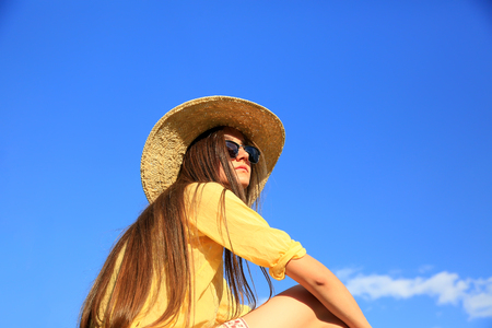 Schöne Mädchen im Hintergrund des blauen Himmels