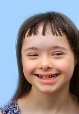 Cute lächelnd unten Syndrom Mädchen auf dem braunen Hintergrund Lizenzfreie Bilder